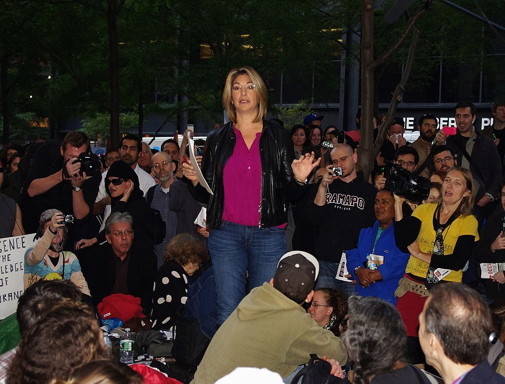 Naomi Klein talar vid Occupy Wall Street, 2011 © David Shankbone [CC BY 3.0 (https://creativecommons.org/licenses/by/3.0)], från Wikimedia Commons